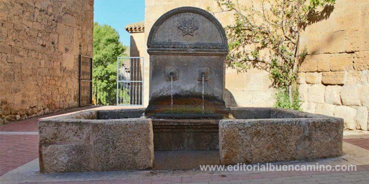 Fuente de Hontanas para refrescar ante el calor en el Camino de Santiago
